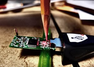 Using a pencil tip to restore power flow to damaged jump drive